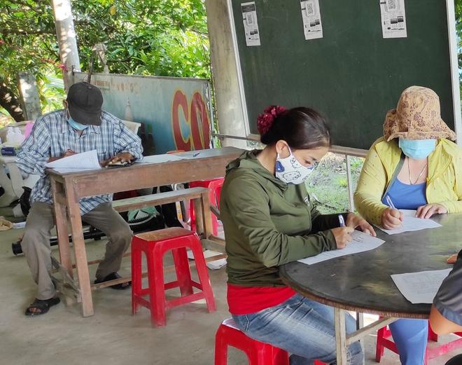 Người dân thực hiện khai báo y tế khi vào địa bàn tỉnh Bạc Liêu