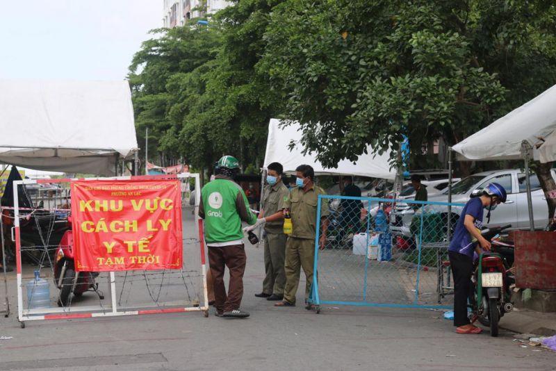 Lực lượng chức năng phong tỏa chung cư Ehome 3, phường An Lạc, Bình Tân sau khi nơi đây ghi nhận nhiều ca mắc Covid-19