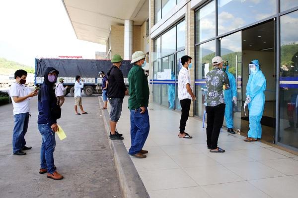 Lấy mẫu cho trên 2.000 người làm việc tại Cửa khẩu Kim Thành