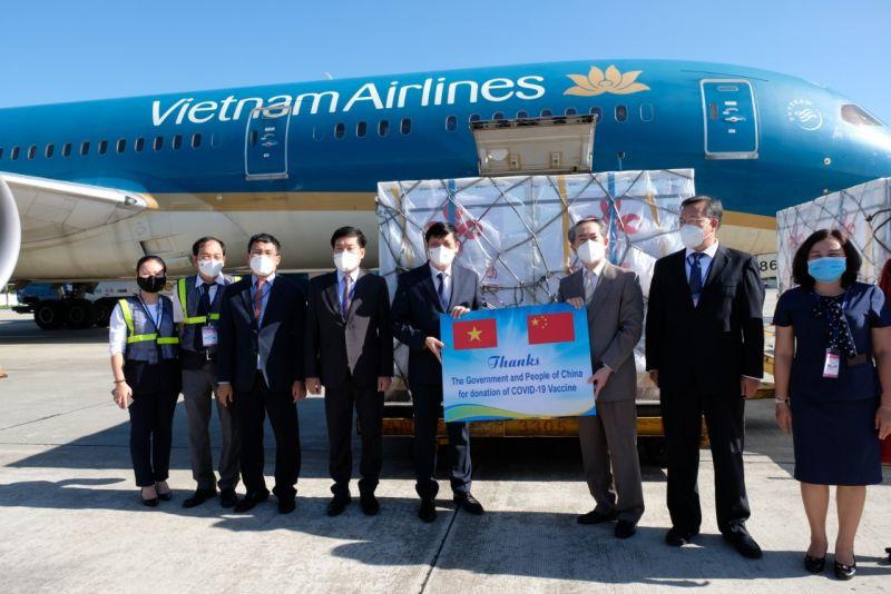 Việt Nam nhận bàn giao hàng viện trợ là vắc xin Vero Cell của Sinopharm