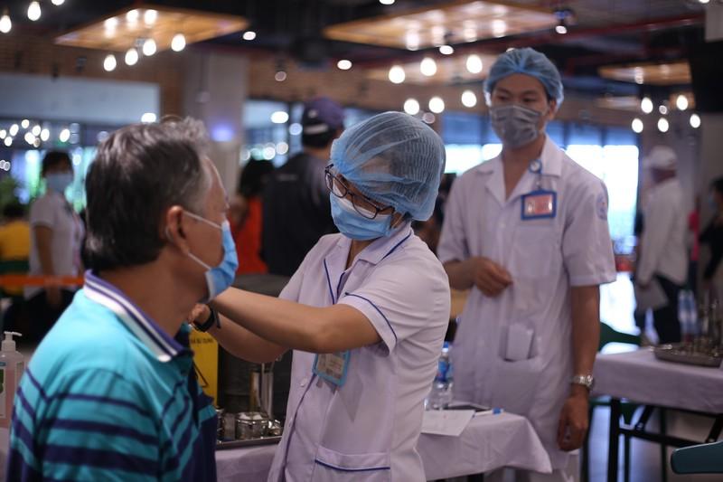 Hơn 5.500 công nhân ở TP.HCM được tiêm vaccine COVID-19 vào chiều nay
