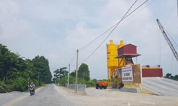 Trạm trộn bê tông tươi hoạt động trái phép trên tuyến sông Cửu An thuộc thôn Xuyên Hử.