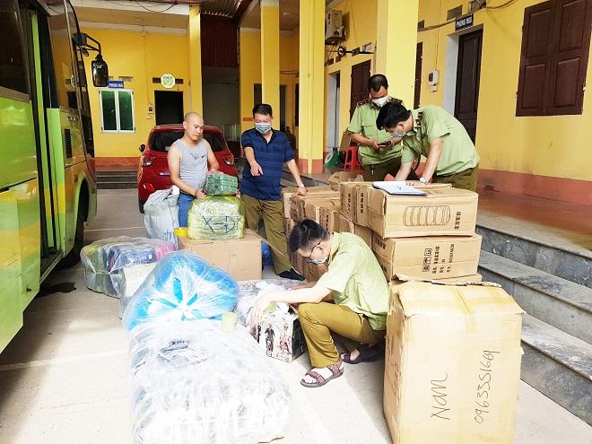 Lực lượng Quản lý thị trường Lạng Sơn kiểm tra hàng hóa vi phạm