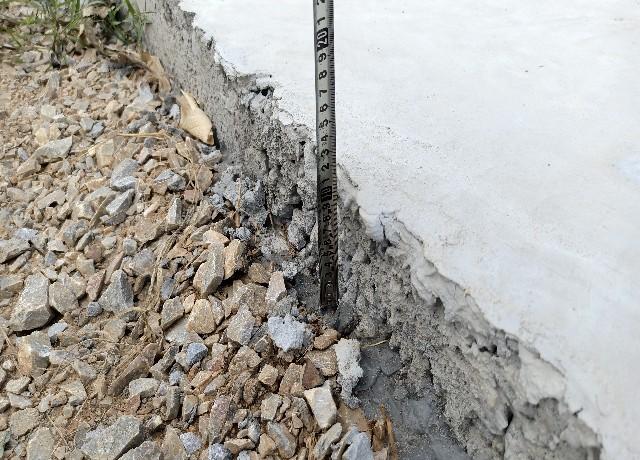 Đông Hòa Đá, sỏi lởm chởm, nham nhở, độ dày bề mặt bê tông chỉ có 12cm