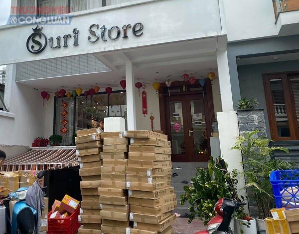 Mỗi ngày, số lượng đơn hàng bán online của Shop Suri Store là vô cùng lớn. Nhưng trưng bày tại cửa hàng rất nhiều sản phẩm đã không có nhãn phụ tiếng Việt chứng minh nguồn gốc, xuất xứ thì liệu số hàng bán online kia có nguồn gốc như thế nào?