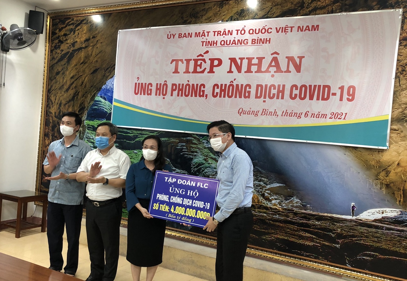 Tập đoàn FLC trao tặng 4 tỷ đồng tiền mặt hỗ trợ Quảng Bình phòng chống dịch Covid – 19