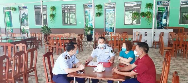 Lực lượng Quản lý thị trường huyện Văn Quan tuyên truyền