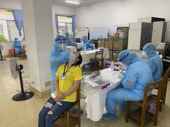 Thực hiện xét nghiệm Covid-19 đối với công nhân đang hoạt động tại khu chế xuất Tân Thuận