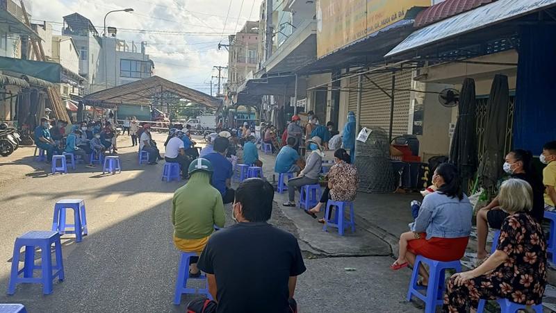 Người dân thị xã La Gi chờ test nhanh Covid-19