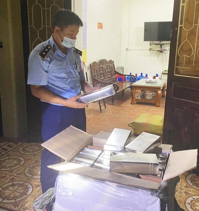 Lực lượng chức năng Lạng Sơn kiểm tra lô hàng hóa vi phạm