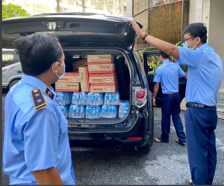 Đoàn thanh niên chuyển các nhu yếu phẩm cho Bệnh viện dã chiến số 9 (Trường Chính trị Long An)