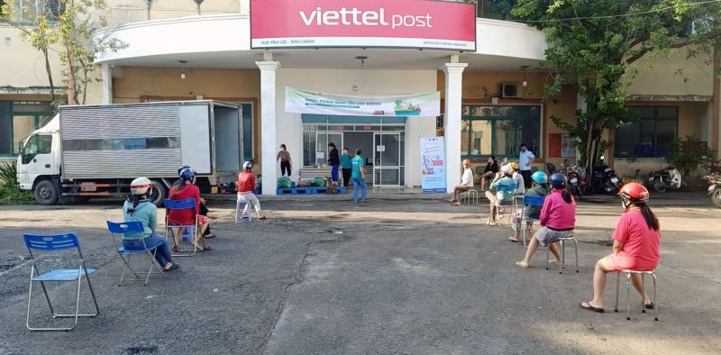 Người dân TP. HCM giữ khoảng cách an toàn khi mua nhu yếu phẩm tại bưu cục Viettel Post