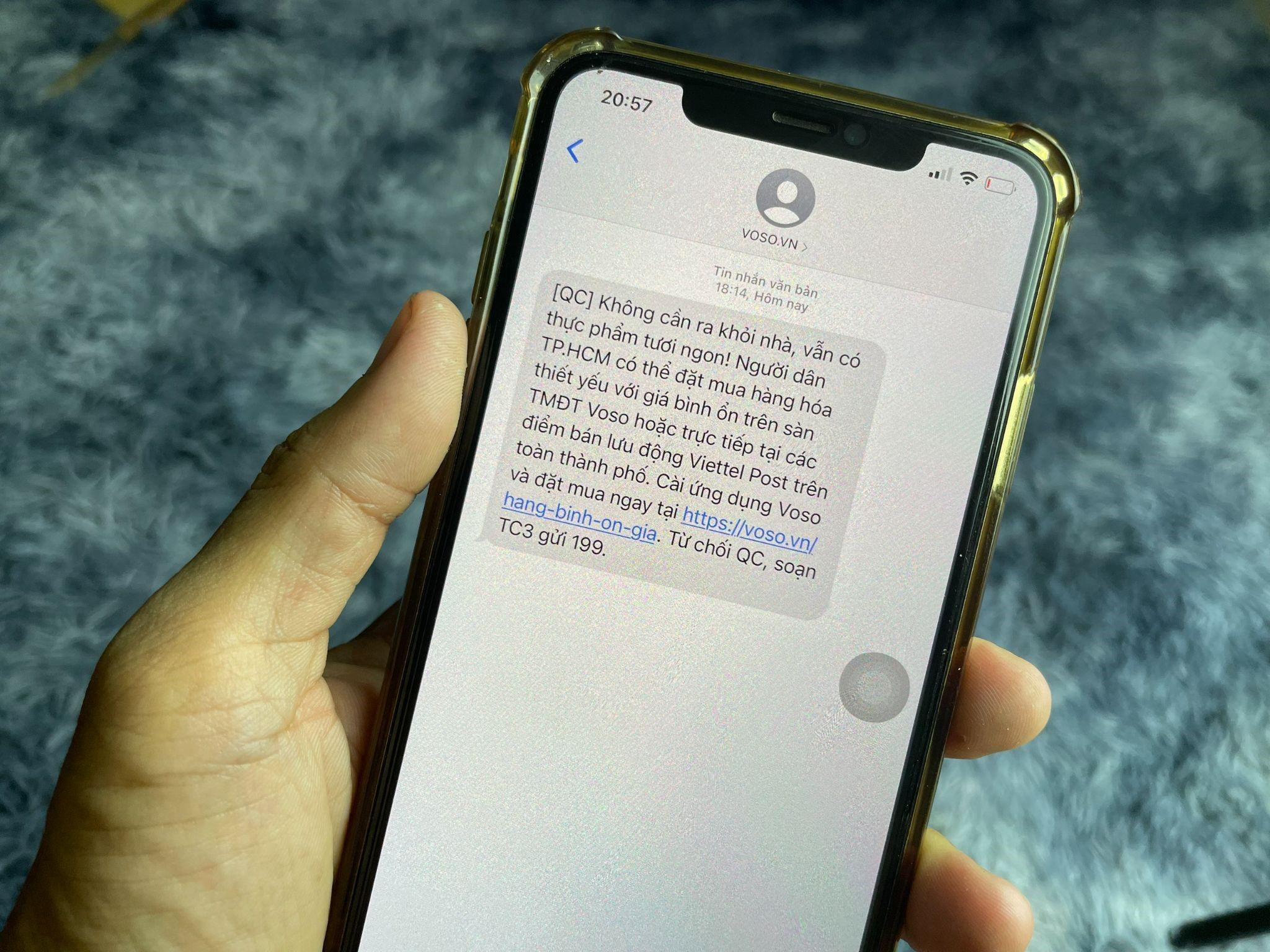 Sàn thương mại điện tử Vỏ Sò gửi tin nhắn đến người dân tại TP. HCM để mời mua sản phẩm bình ổn giá trên trang Voso.vn hoặc các bưu cục Viettel Post
