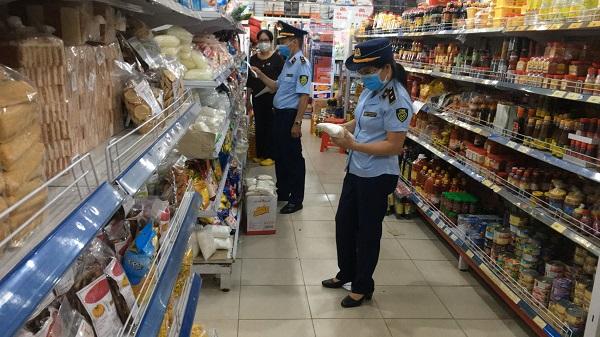 Đoàn kiểm tra của Đội Quản lý trường số 1 đã tiến hành kiểm tra tại cửa hàng Bách Hóa Xanh (tại địa chỉ 259-261 Ngô Quyền, phường Tân An, TP Buôn Ma Thuột