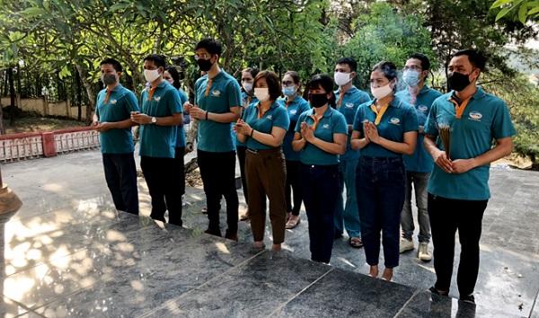 Lãnh đạo, cán bộ, nhân viên Viettel Yên Bái thắp hương tri ân các anh hùng liệt sỹ