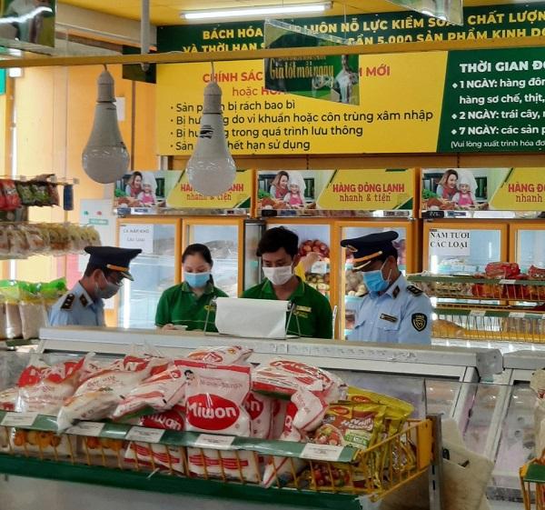 Lực lượng Quản lý thị trường kiểm tra tình hình kinh doanh của một cửa hàng Bách Hóa Xanh