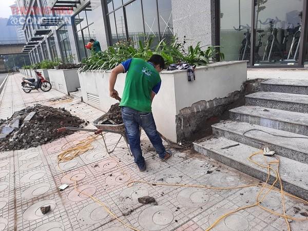 Hình ảnh các công nhân đang đục tường tại dự án để sửa chữa