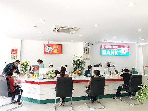Khách hàng giao dịch tại Kienlongbank