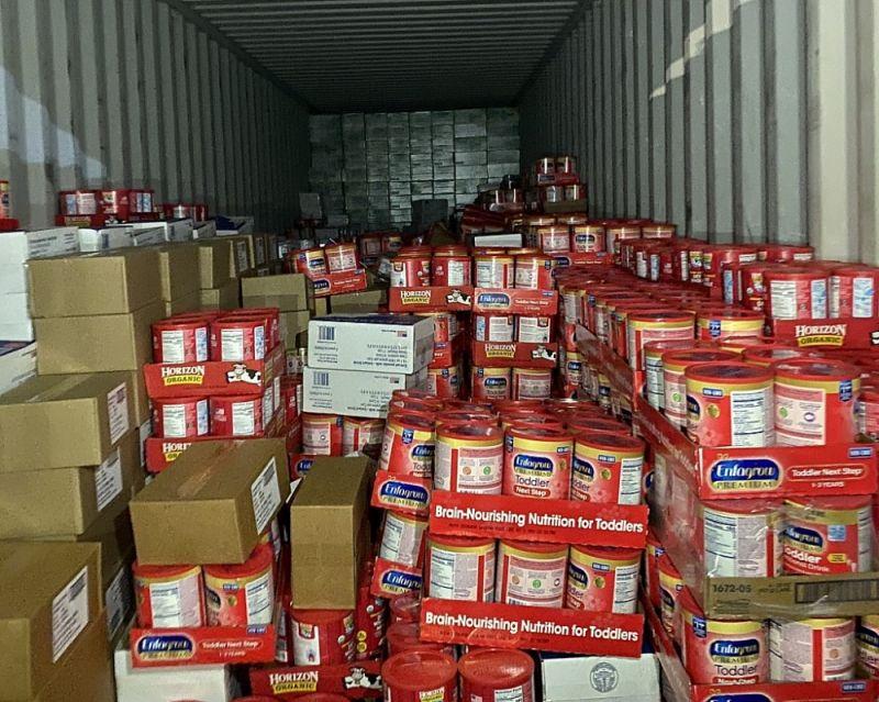 Hai lô hàng gồm 19 mặt hàng sữa, mật ong, thịt hộp được đóng trong 2 container. Ảnh: NH