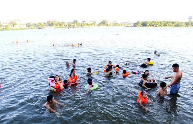 Người dân Huế rất thích tắm ở sông Hương