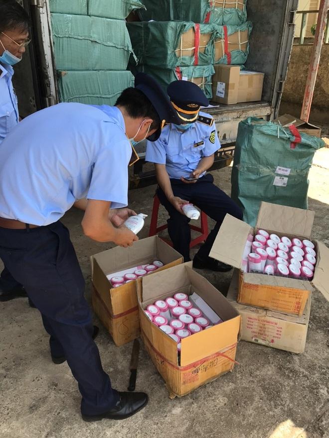 Hàng trăm sản phẩm mỹ phẩm không rõ nguồn gốc xuất xứ vừa bị lực lượng QLTT tỉnh Quảng Trị phát hiện và thu giữ