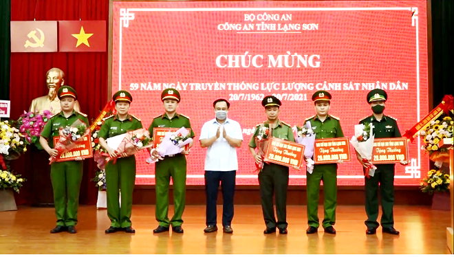 Ảnh 2: Phó Chủ tịch, Trưởng BCĐ 389 tỉnh Lạng Sơn, Lương Trọng Quỳnh trao thưởng cho 7 đơn vị đấu tranh triệt phá thành công 2 vụ án.