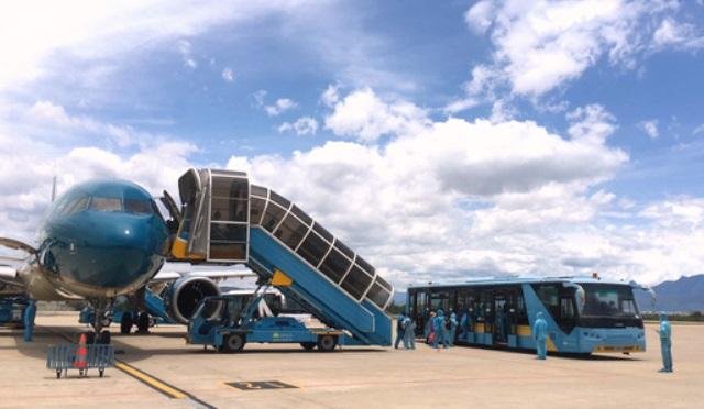Chuyến bay mang số hiệu VN122 hạ cánh xuống Sân bay quốc tế Đà Nẵng lúc 11 giờ 30 trưa 21/7