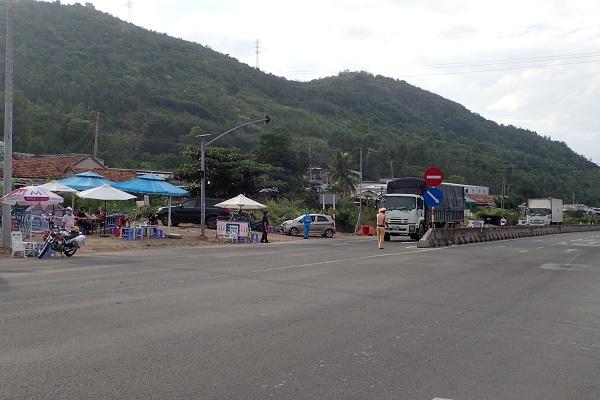 Chốt kiểm tra phòng dịch được lập trên Quốc lộ 1A thuộc thôn Cát Lợi, xã Vĩnh Lương, của ngõ phía bắc vào Tp. Nha Trang (chụp 17 giờ 14 ngày 21/7/2021)