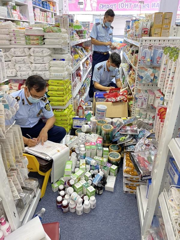 Tổ QLTT số 2 thực hiện kiểm tra tại cửa hàng