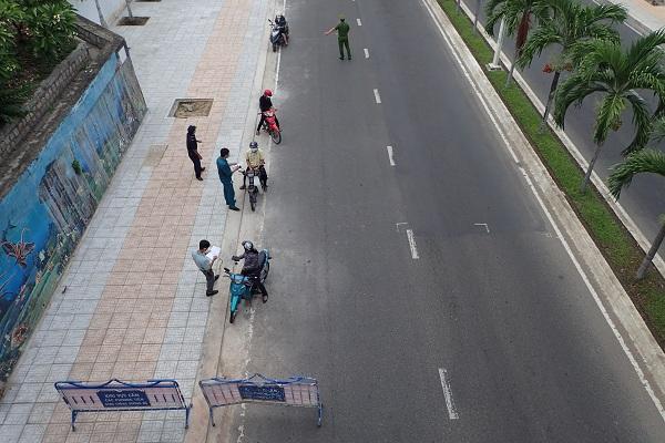 Chốt kiểm tra phòng dịch trên đường Phạm Văn Đồng, Tp. Nha Trang (Ảnh chụp 15 giờ 13 ngày 20/7/2021).
