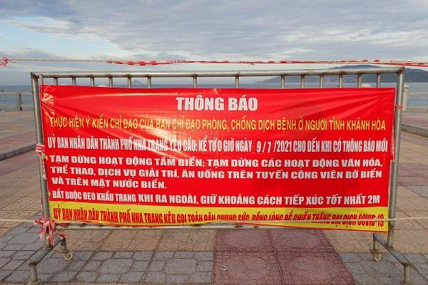 Hàng trăm bảng thông báo phòng chống dịch covid- 19 được treo dọc công viên bờ biển Nha Trang