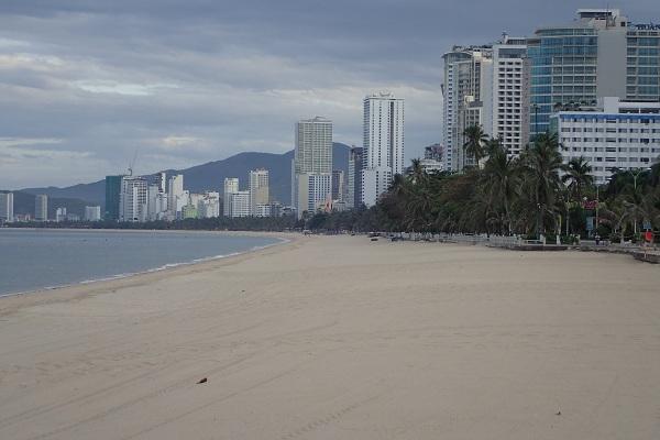 Bãi biển Nha Trang giờ cao điểm buổi chiều vắng không bóng người (Ảnh chụp 17 giờ 45 ngày 21/7/2021)