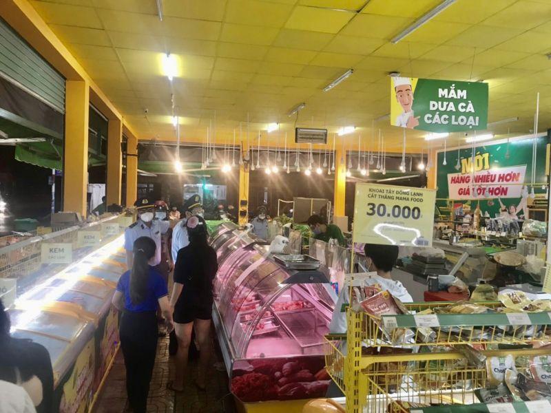 Các Đội QLTT theo dõi, giám sát tình hình cung cầu, giá cả hàng hóa thiết yếu tại các siêu thị, chợ truyền thống, cơ sở kinh doanh