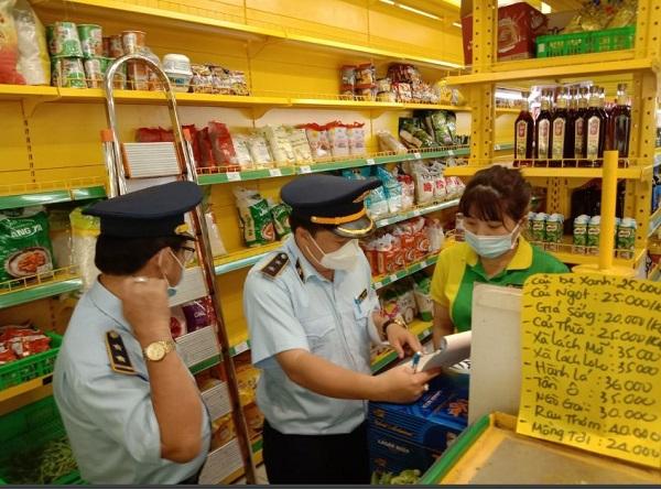 Đội QLTT số 5 kiểm tra 1 cửa hàng BHX trên địa bàn huyện Thạnh Hóa, tỉnh Long An