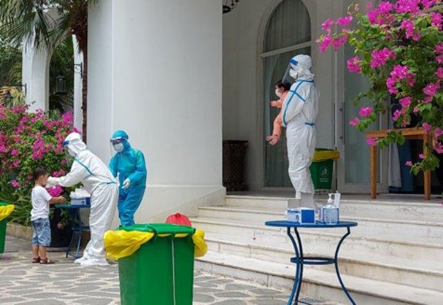 Trước khi vào khách sạn, người dân được hướng dẫn thực hiện khử khuẩn phòng, chống Covid-19.