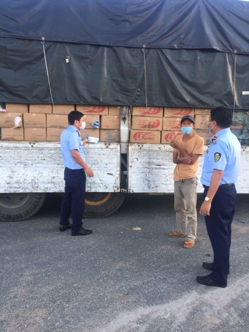 Lực lượng QLTT tỉnh An Giang kiểm tra xe tải