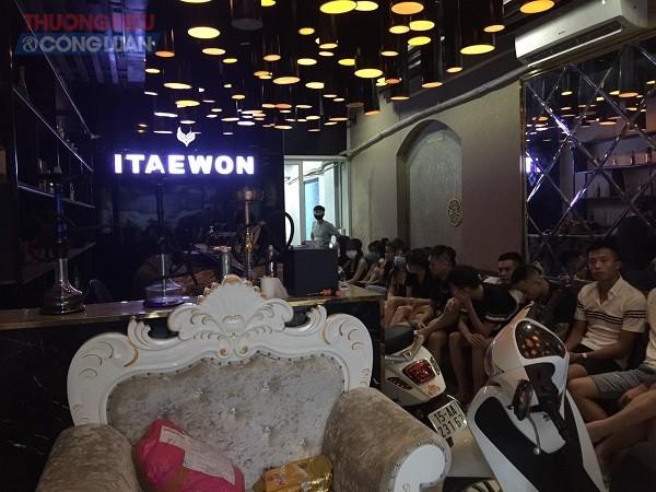 Trong quán Karaoke trên có 19 người, trong đó có 10 nữ và 9 nam giới có hành vi hát Karaoke tại phòng hát số 2