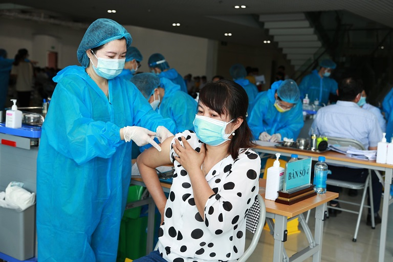 Tiêm vắc xin phòng Covid-19 tại Nhà hát tỉnh. Ảnh: Trà Hương
