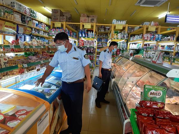 Đội QLTT số 5 giám sát tại cửa hàng Bách Hóa Xanh trên địa bàn xã Tam Bình, huyện Cai Lậy