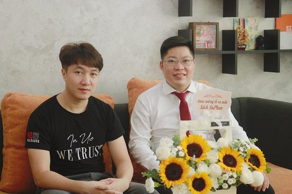 Trưởng ban biên tập- Nhà báo Lê Văn Vàng đã trao giấy phép xuất bản cho tác giả cuốn sách
