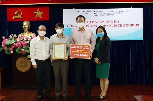 BIDV trao biển 10 tỷ đồng ủng hộ Thành phố Hồ Chí Minh phòng, chống COVID-19