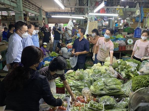 Đoàn công tác đã tiến hành kiểm tra 3 chợ truyền thống trên địa bàn TP. HCM