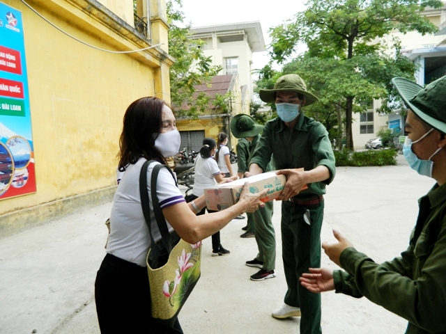 Các nữ doanh nhân tự tay bốc hàng tấn hàng gửi nhân dân TP Hồ Chí Minh