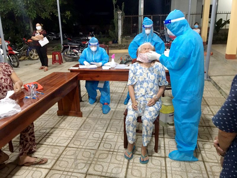 Cán bộ y tế thực hiện lấy mẫu xét nghiệm tại ấp Bến Tranh, xã Thanh An, huyện Dầu Tiếng được lấy mẫu xét nghiệm