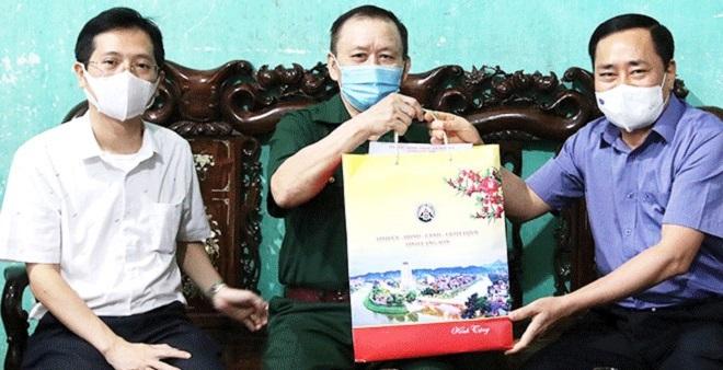 Chủ tịch UBND tỉnh Lạng Sơn Hồ Tiến Thiệu (bìa phải) thăm, tặng quà