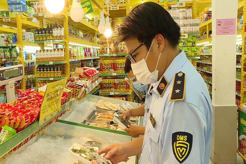 Lực lượng quản lý thị trường kiểm tra cửa hàng Bách Hóa Xanh tại TP.HCM. Ảnh: DMS