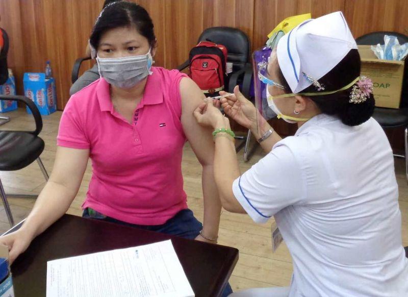 Bộ Y tế yêu cầu các tỉnh, thành phố có dịch diễn biến phức tạp, ưu tiên tiêm vaccine cho các đối tượng tại Nghị quyết 21/NQ-CP ngày 26/2/2021 của Chính phủ và Quyết định 3355/QĐ-BYT ngày 8/7/2021 của Bộ Y tế