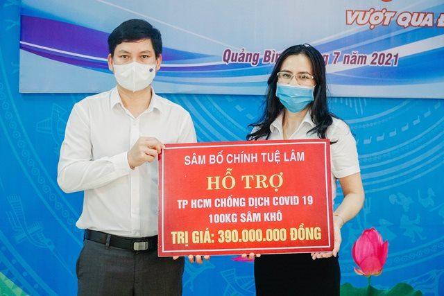 Đại diện Công ty CP Tập đoàn Tuệ Lâm trao 100 kg sâm Bố Chính sấy khô với tổng trị giá 390 triệu đồng cho tỉnh Đoàn Quảng Bình