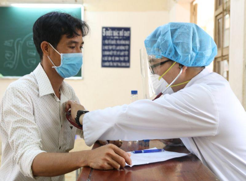 Ảnh: Thực hiện khám sàng lọc cho đối tượng trước tiêm vắc-xin phòng COVID-19 trong đợt 4 tháng 6/2021 (Văn Tùng - Trung tâm Y tế TP Thủ Đức)
