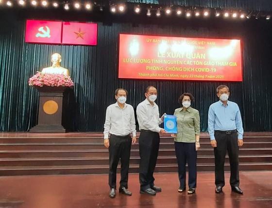 Chủ tịch Uỷ ban MTTQ Việt Nam TP Tô Thị Bích Châu trao danh sách tình nguyện viên cho Sở Y tế TP. Ảnh: Hoài Nam